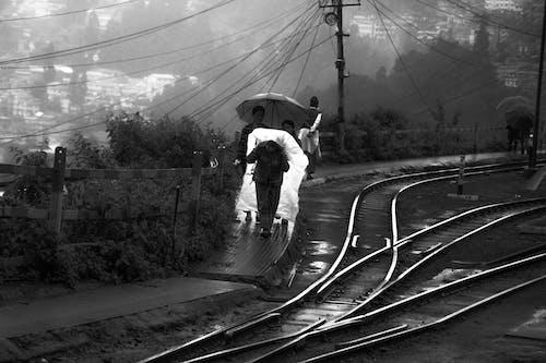 Gratis lagerfoto af jernbanelinje, myldretid, regnvejrsdag, reinnyday