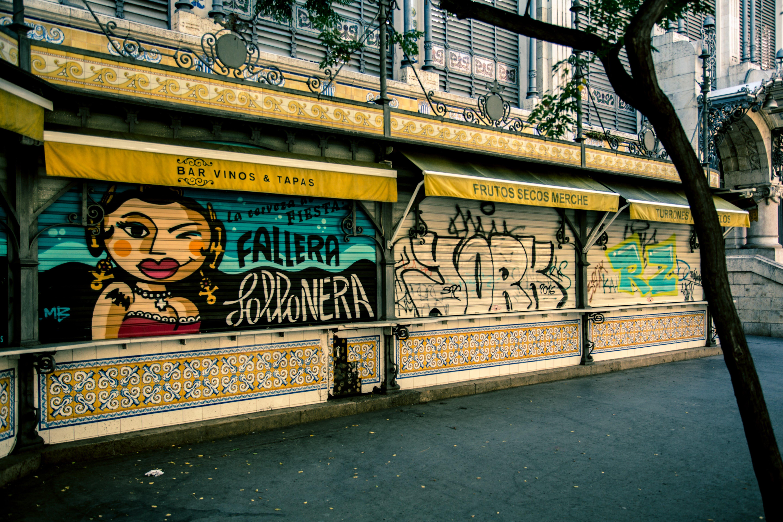 Kostenloses Stock Foto zu architektur, baum, graffiti, handel