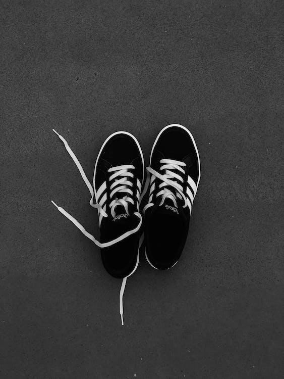 7f1b0324a81 Δωρεάν στοκ φωτογραφιών με αθλητικά παπούτσια, ασπρόμαυρο, γκρο πλαν