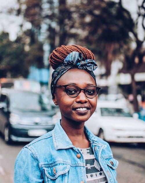 Gratis lagerfoto af ansigtsudtryk, briller, dagslys, gade