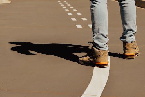 Безкоштовне стокове фото на тему «відпочинок, взуття, Вулиця, Денне світло»