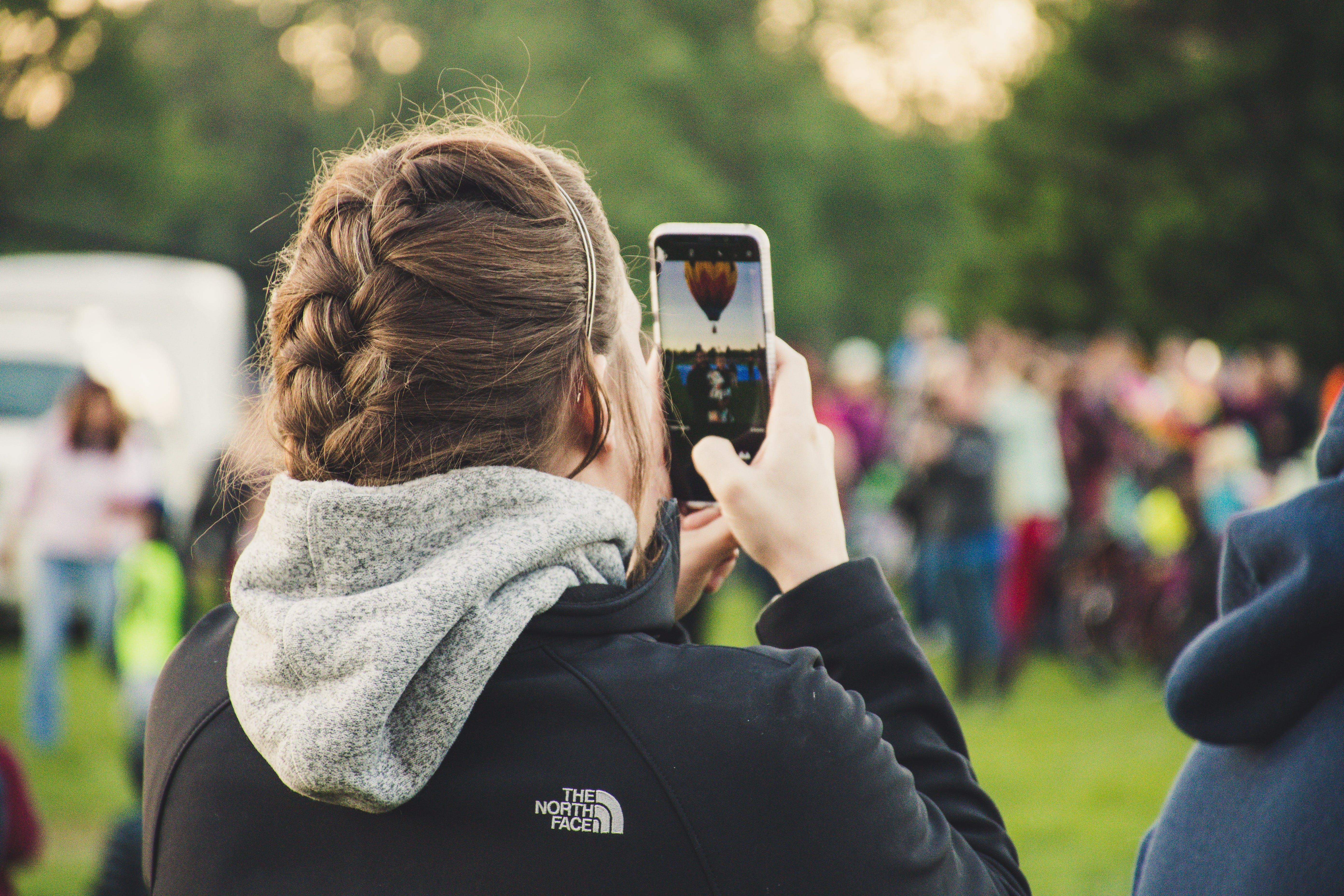 Kostenloses Stock Foto zu festival, foto machen, frau, handy
