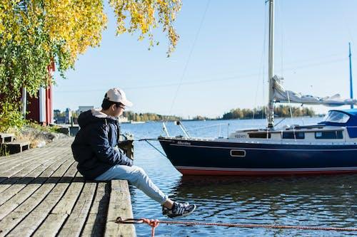 Základová fotografie zdarma na téma chlapec, denní světlo, dok, jachta