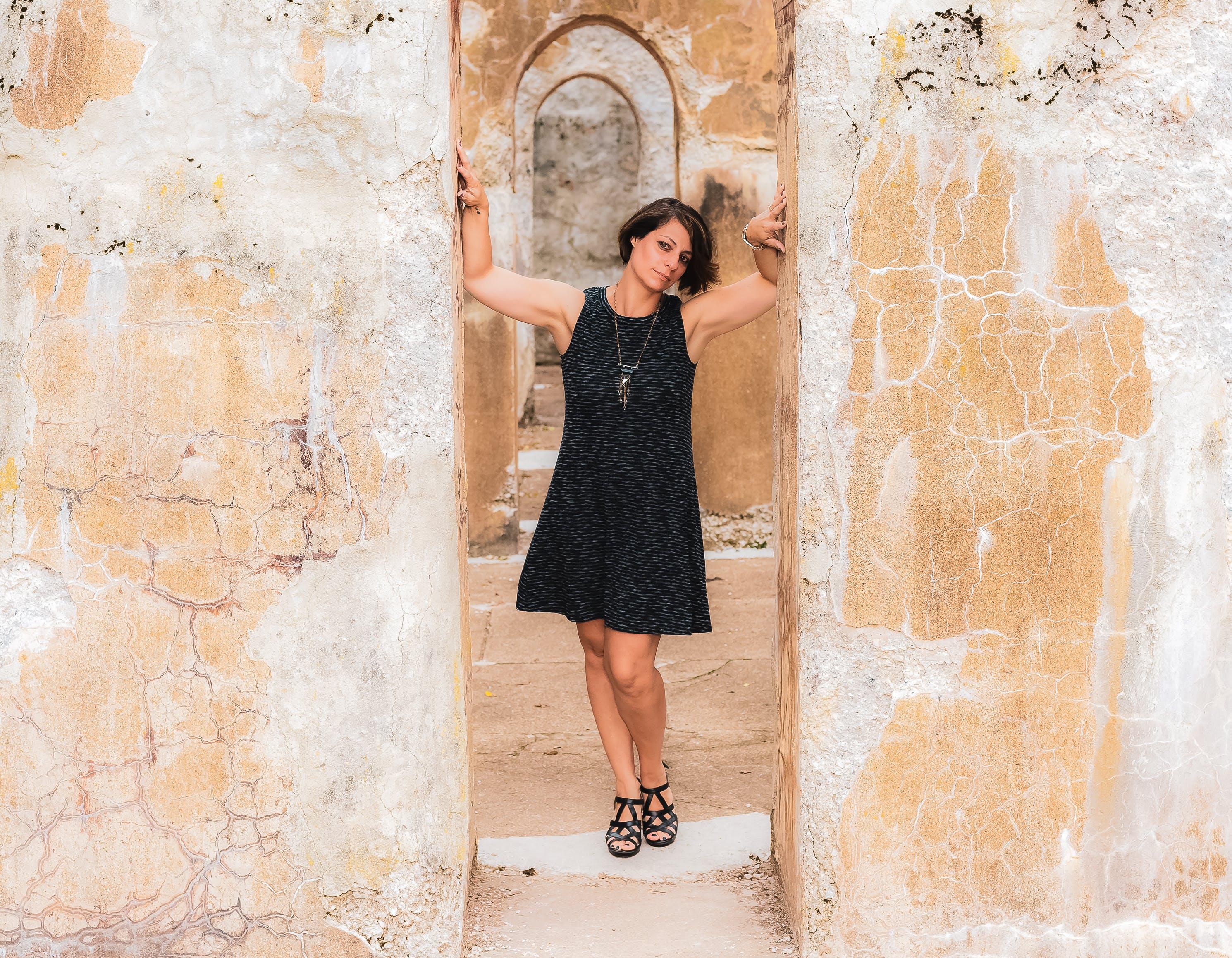 Kostenloses Stock Foto zu architektur, fashion, frau, gebäude