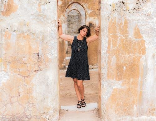 Gratis lagerfoto af arkitektur, bygning, kjole, kvinde