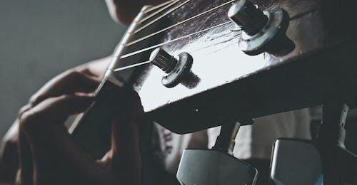 Fotobanka sbezplatnými fotkami na tému dievča, gitarové struny
