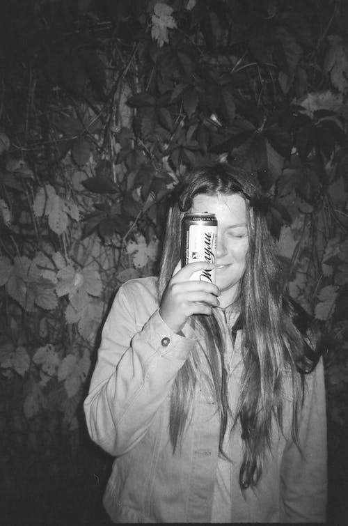 Ingyenes stockfotó fekete-fehér, fémdoboz, ital, nő témában