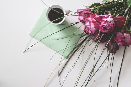 Bukiet Różowych Kwiatów Obok Białego Ceramicznego Kubka