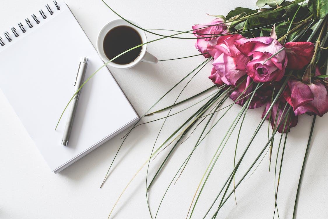bàn, bó hoa, cà phê