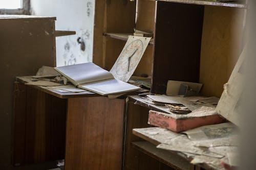 Gratis lagerfoto af beskidt, bog, boghylde, dokumenter