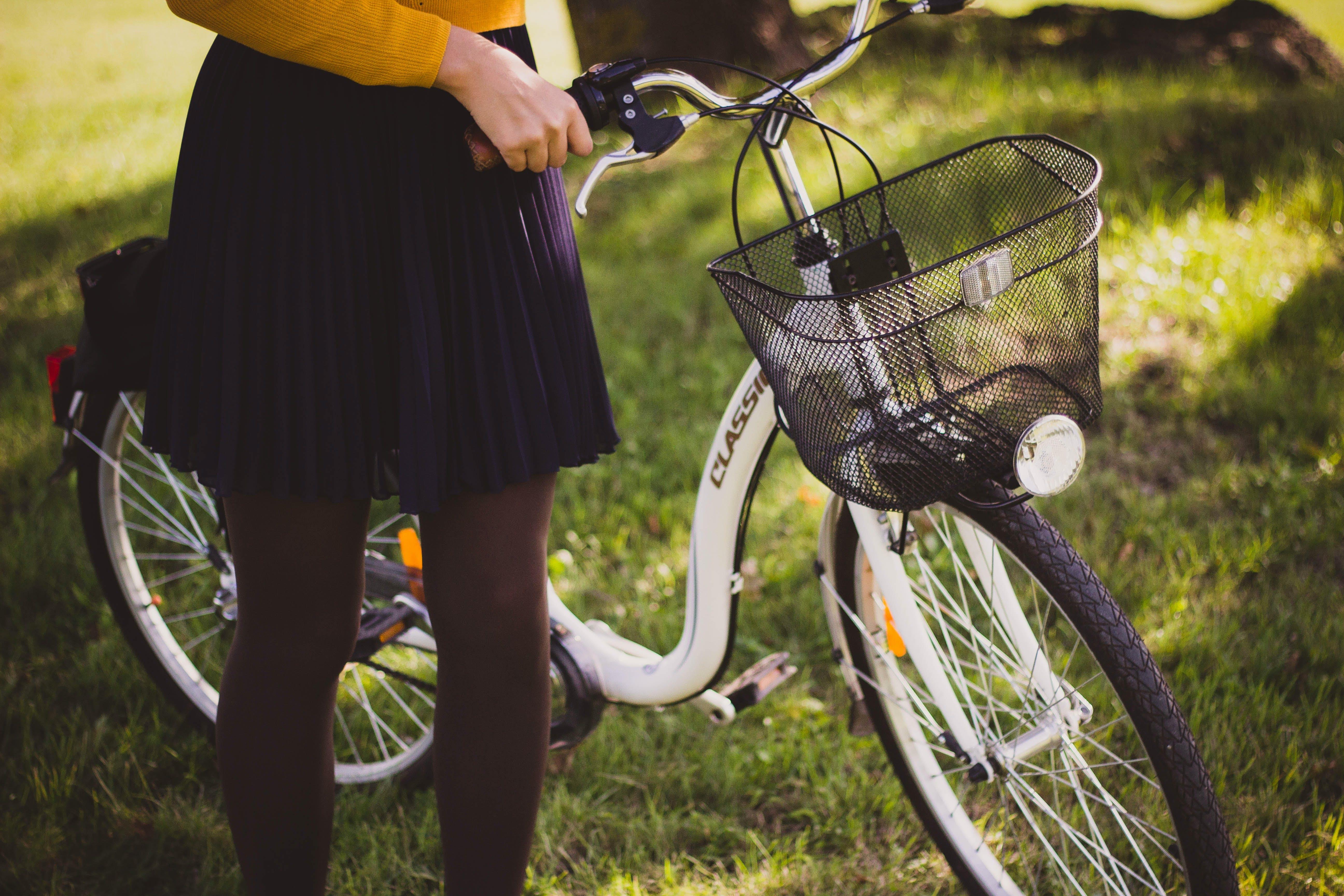 Kostenloses Stock Foto zu draußen, fahrrad, faltenrock, frau