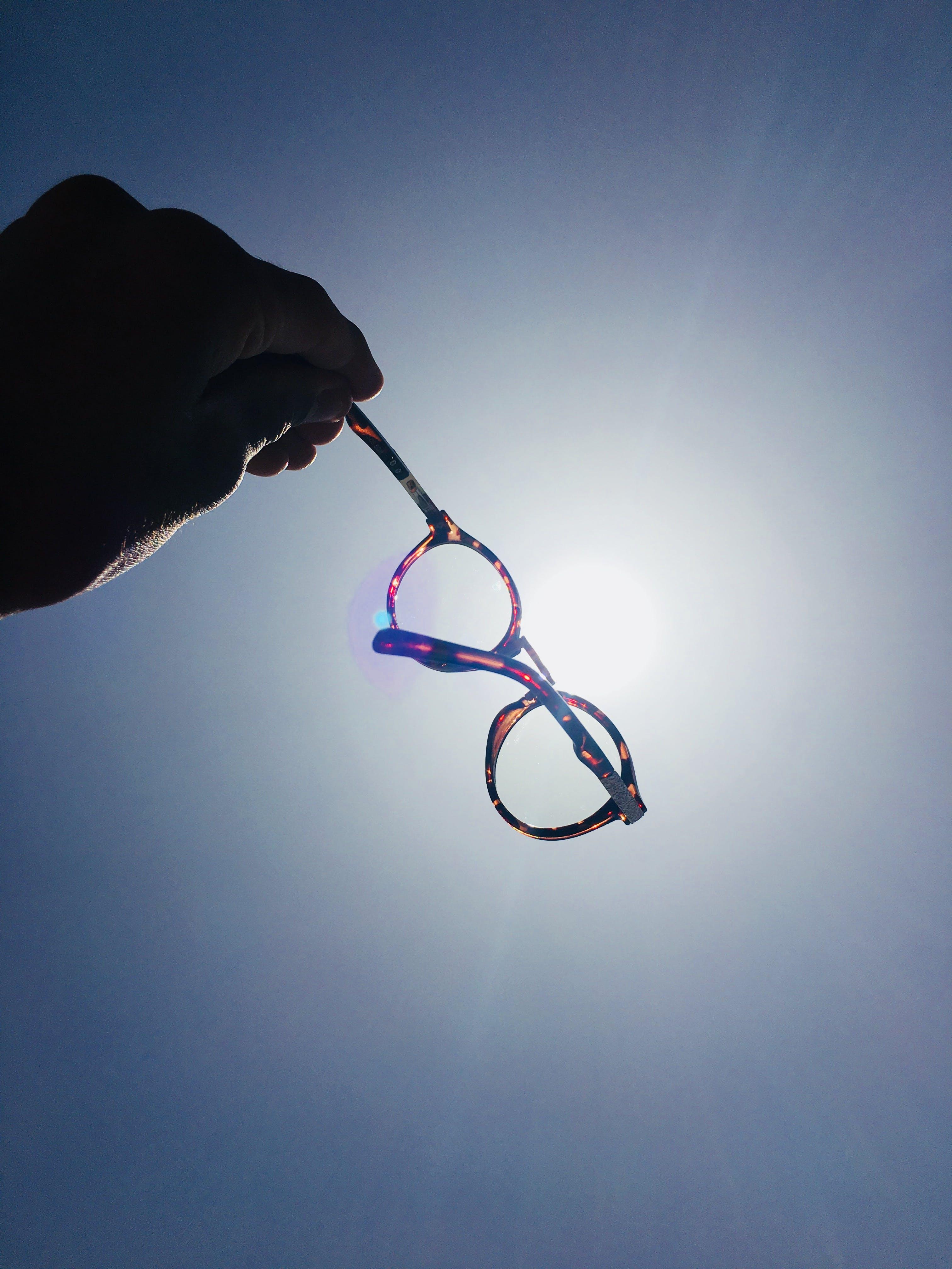 Kostenloses Stock Foto zu brillen, farben, hand, mensch