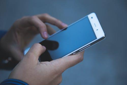 Základová fotografie zdarma na téma chytrý telefon, dotyková obrazovka, elektronika, ruce
