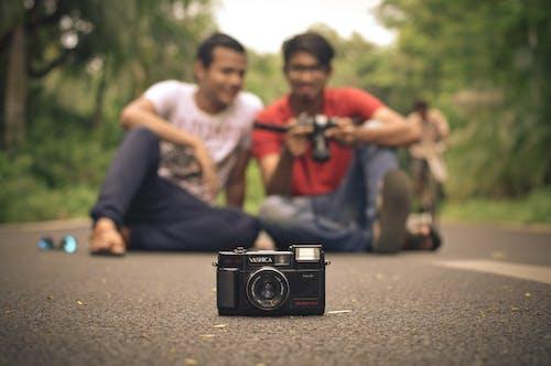 Darmowe zdjęcie z galerii z aparat, aparat analogowy, hinduski, przyjaciele