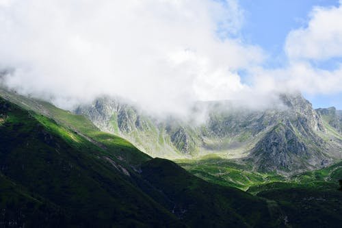 Kostenloses Stock Foto zu abenteuer, berg, gras, himmel