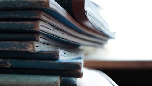 Fotobanka sbezplatnými fotkami na tému čítanie, hromada, knihy, opotrebované