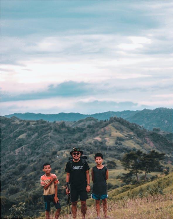 Uzaktan Dağlar Ile Fotoğraf çeken üç Adam