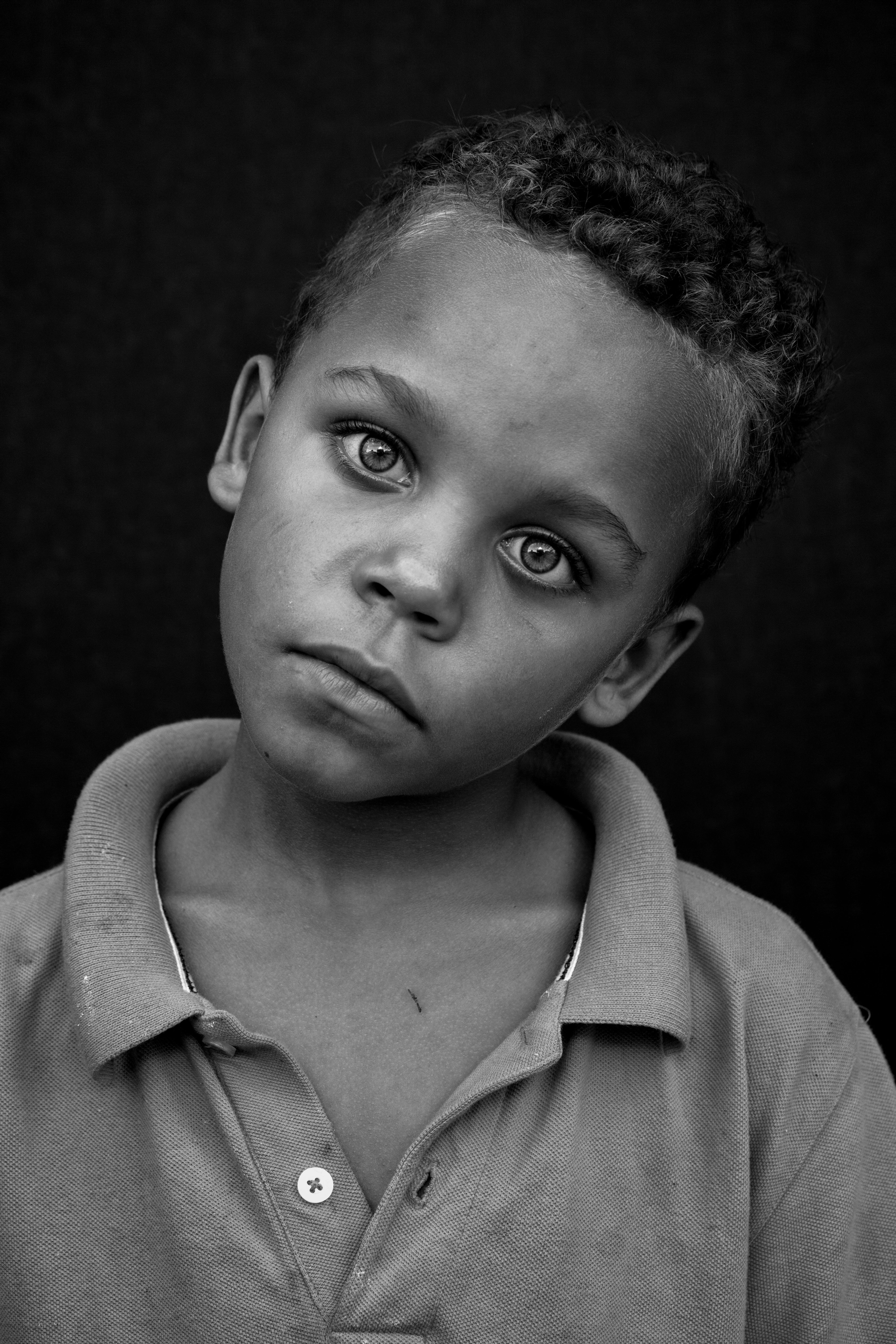 Základová fotografie zdarma na téma černobílá, černobílý, chlapec, dítě