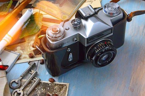 Základová fotografie zdarma na téma dřevěný stůl, fotky, fotoaparát, klíče