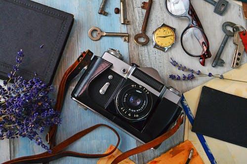 Fotobanka sbezplatnými fotkami na tému detailný záber, drevený stôl, farby, fotoaparát