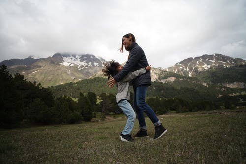 Foto profissional grátis de abraçando, abraço, alegre, amor