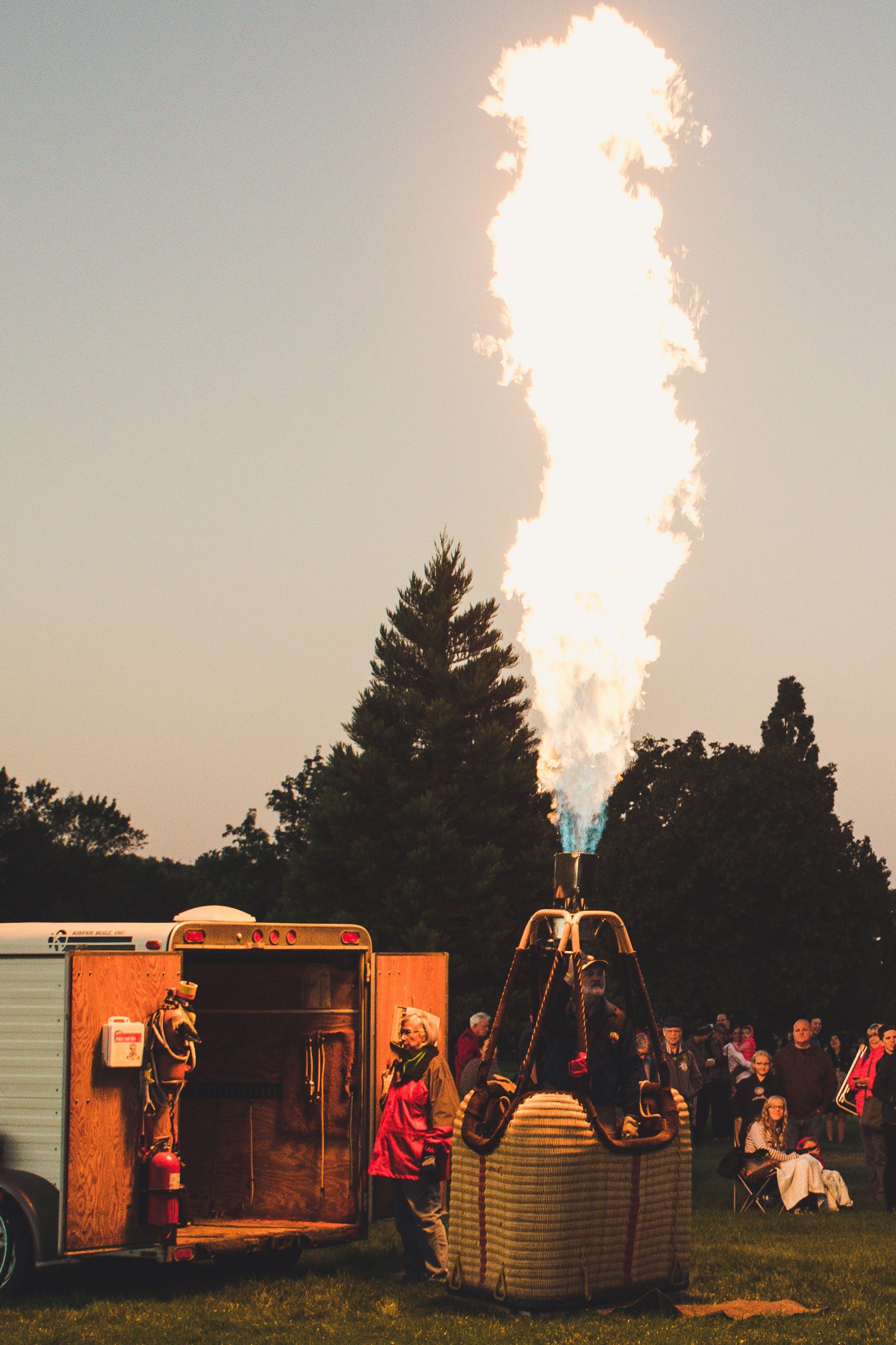 Gratis lagerfoto af flamme, folk, græs, landskab