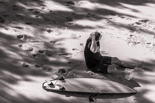 Foto profissional grátis de adulto, água, areia, beira-mar