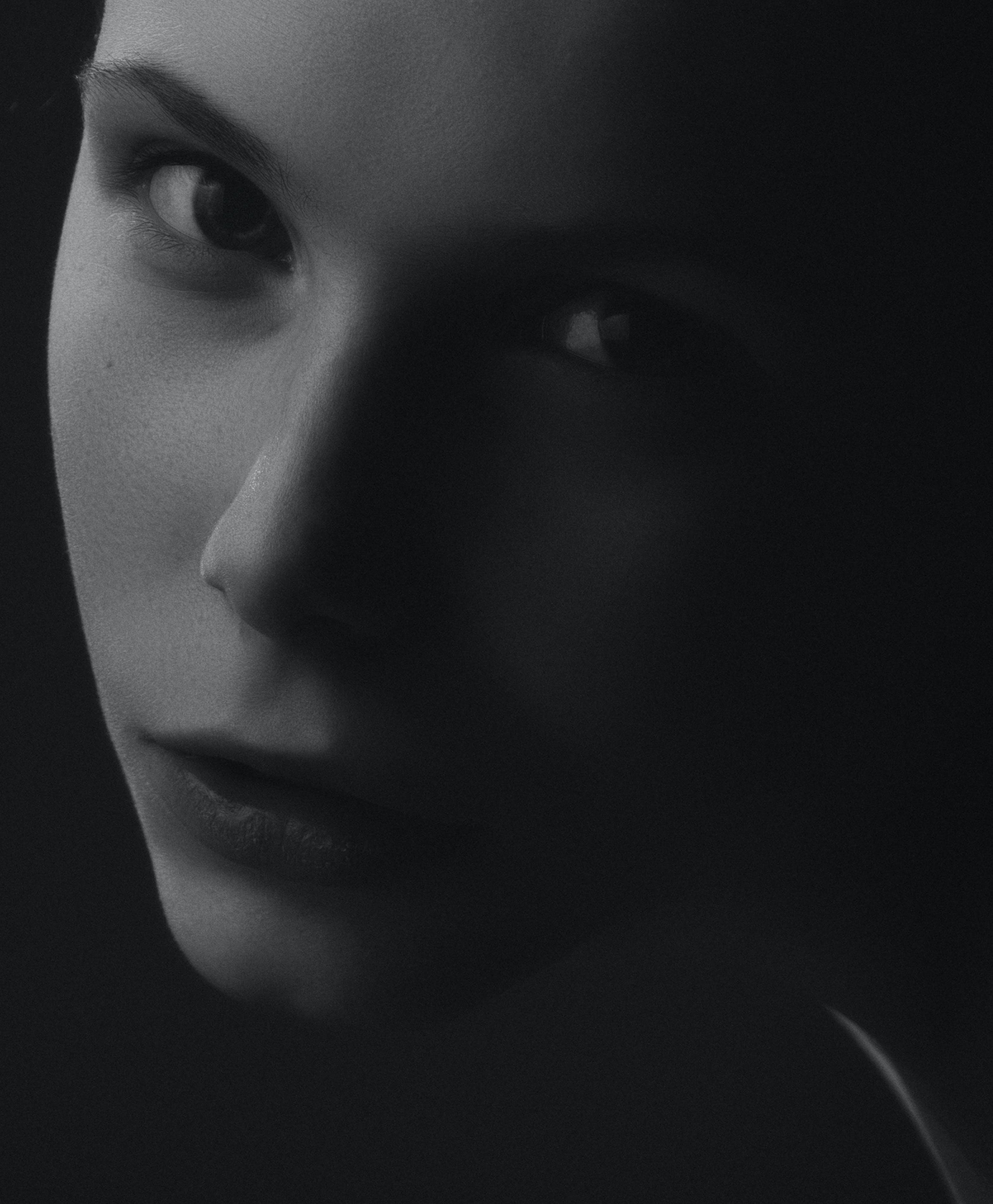 Free stock photo of девушка, портрет, студия, черное и белое