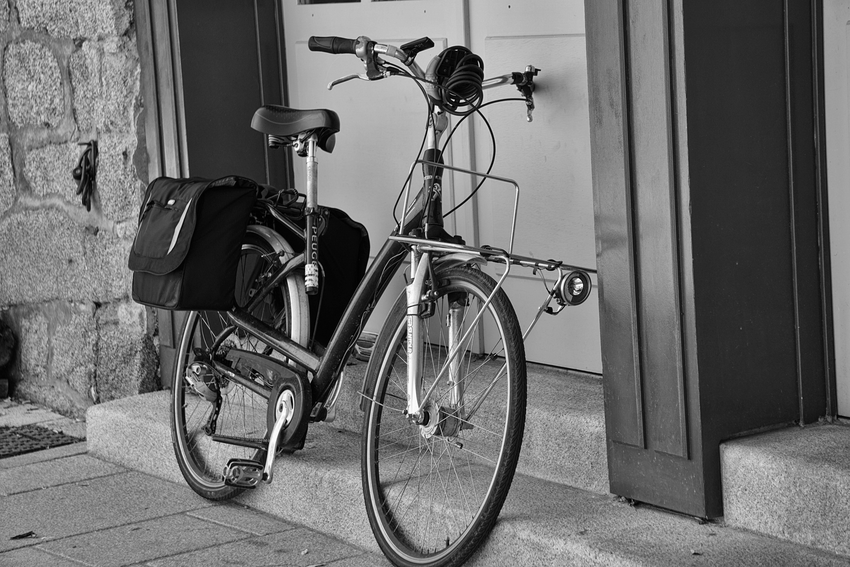 Foto stok gratis hitam & putih, pintu, sepeda, trotoar