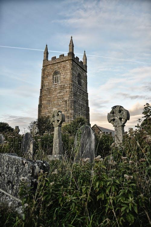 Základová fotografie zdarma na téma církev, kostelní věž, náhrobní kameny