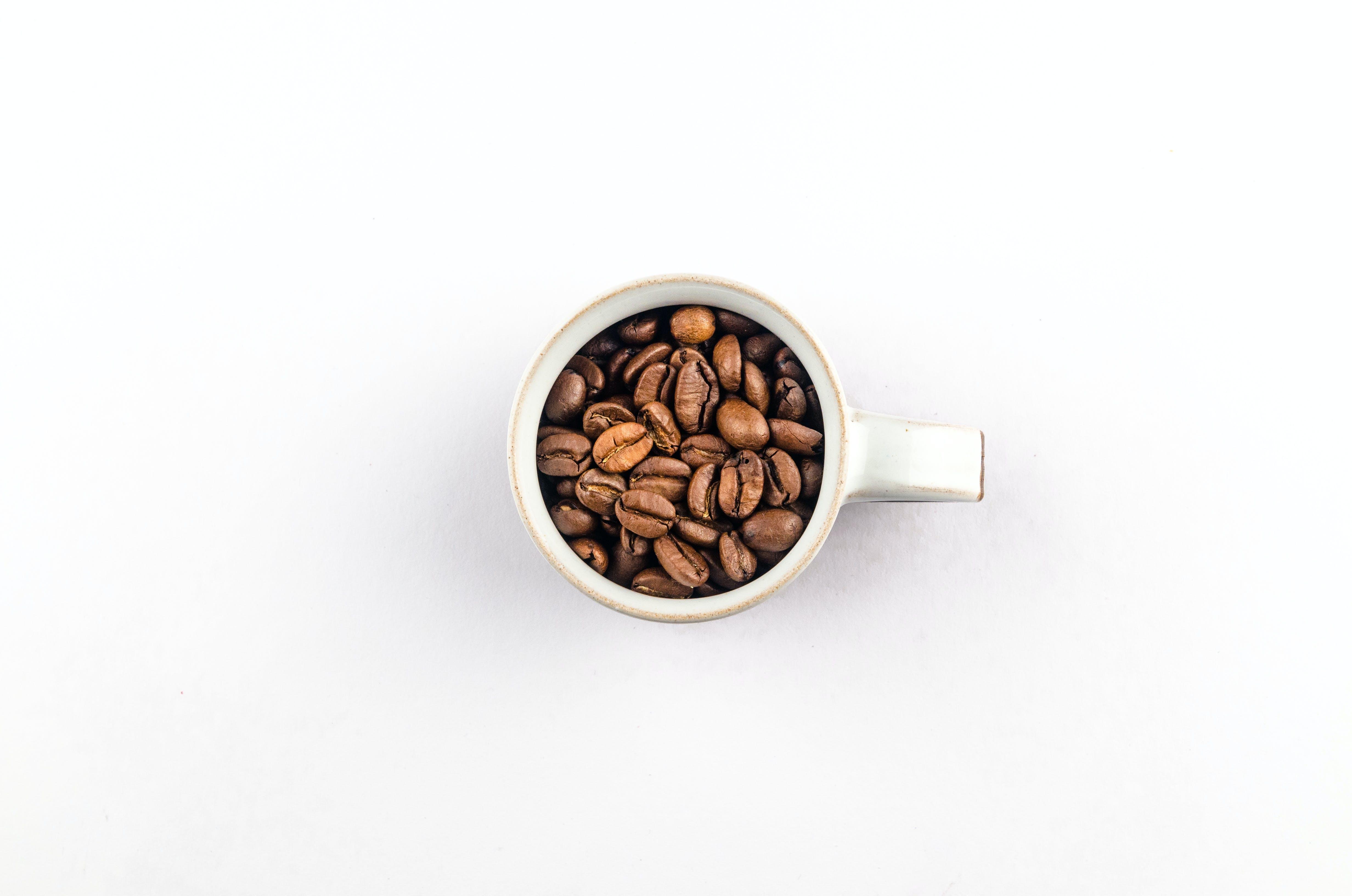 Foto profissional grátis de cafeína, caneca, close, grãos de café
