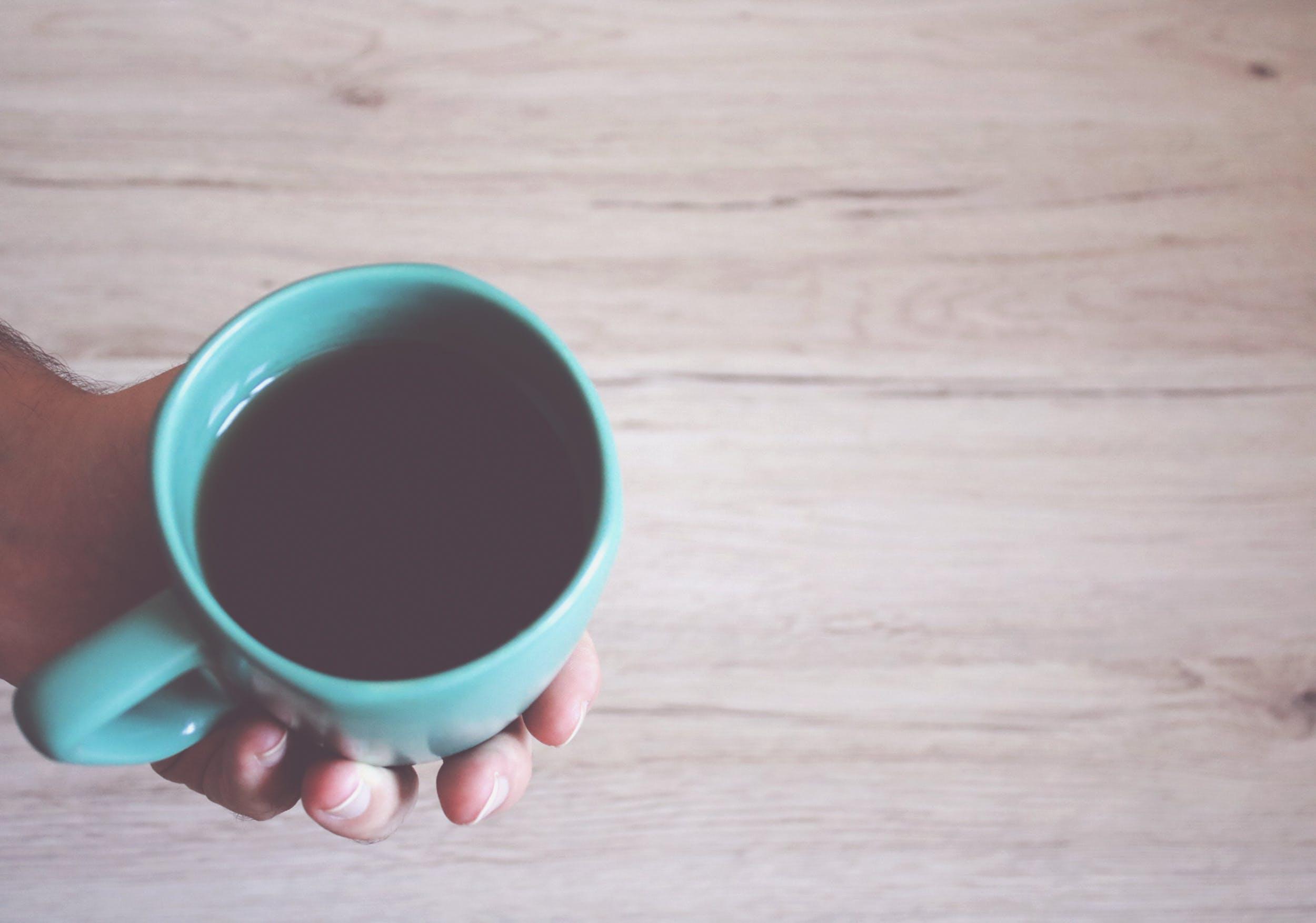 ahşap, ahşap yüzey, Çay, el içeren Ücretsiz stok fotoğraf