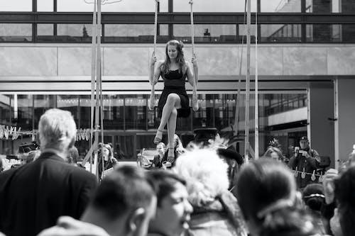 Základová fotografie zdarma na téma černobílá, dav, dospělý, houpat