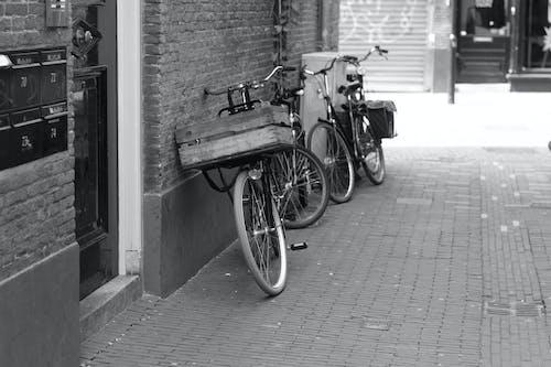 Základová fotografie zdarma na téma černobílá, jízdní kolo, panoráma města