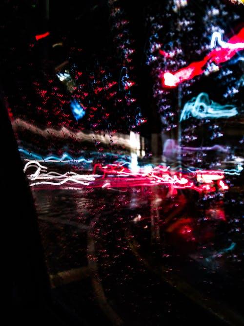 Kostenloses Stock Foto zu belebten straße, licht, regen, straßenauto