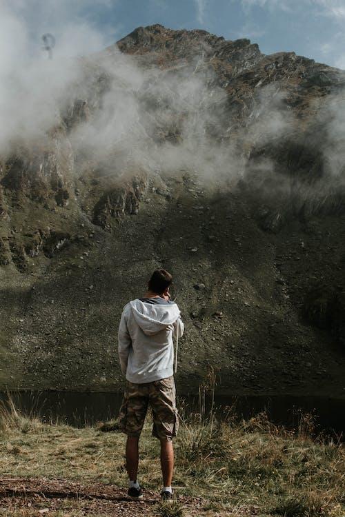 adam, aksiyon, bulutlar, çevre içeren Ücretsiz stok fotoğraf