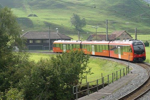 Бесплатное стоковое фото с железная дорога, железнодорожная линия, красный, поезд
