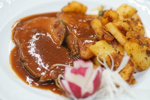 Бесплатное стоковое фото с картофель, мясо, редис, тарелка