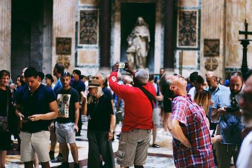 Fotos de stock gratuitas de calle, desgaste, estatua, gente