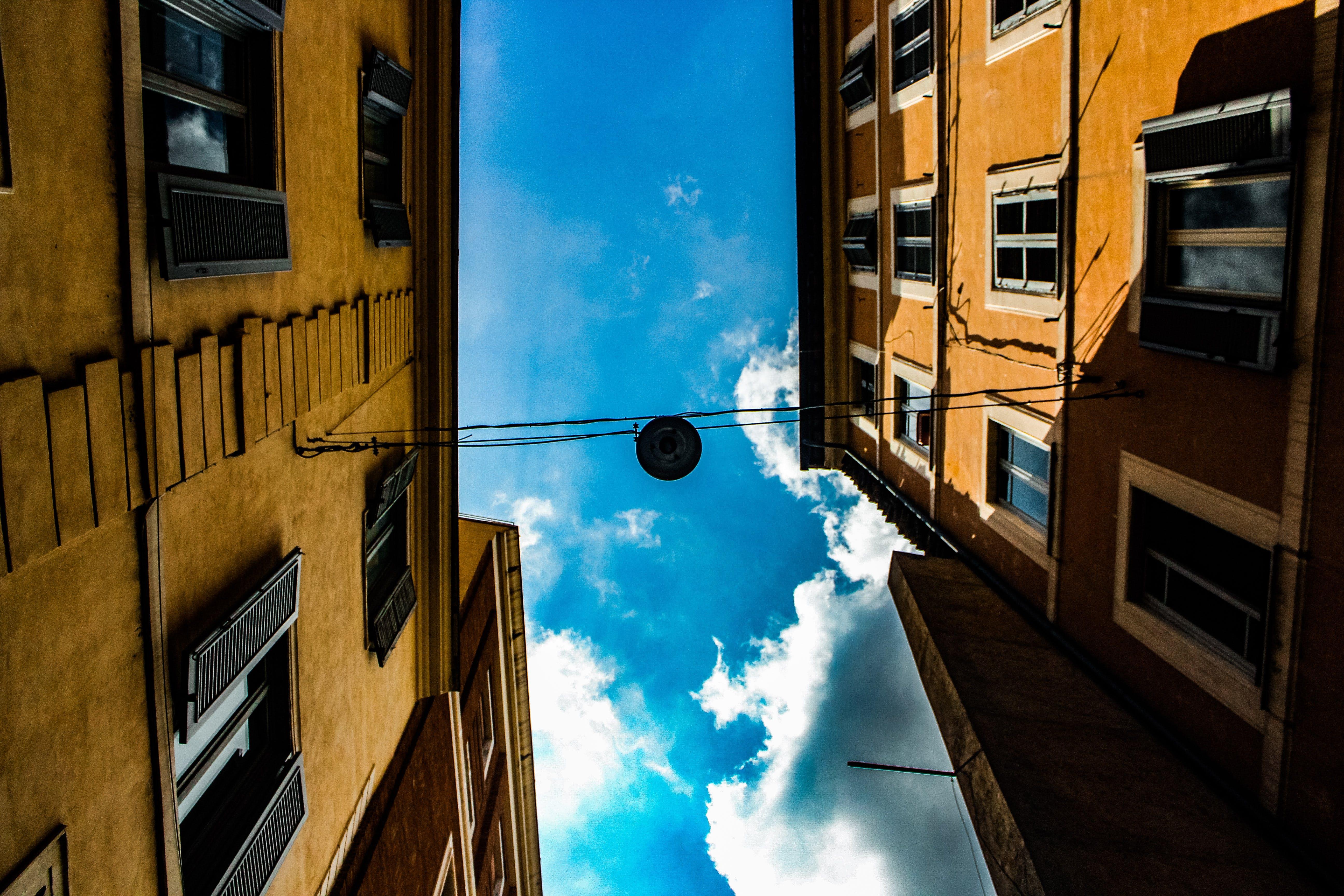 가벼운, 건물, 건축, 구름의 무료 스톡 사진