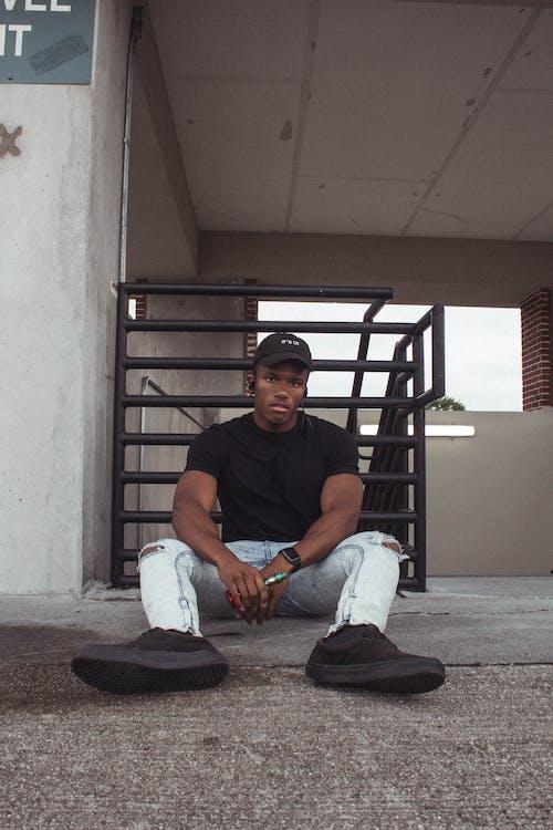 Darmowe zdjęcie z galerii z czapka z daszkiem, czarnoskóry, mężczyzna, młody