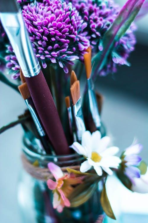 Ilmainen kuvapankkikuva tunnisteilla harjat, kukka, taide, taidetarvikkeet