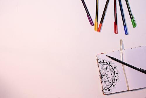 Foto d'estoc gratuïta de colorit, colors, fons blanc, interior