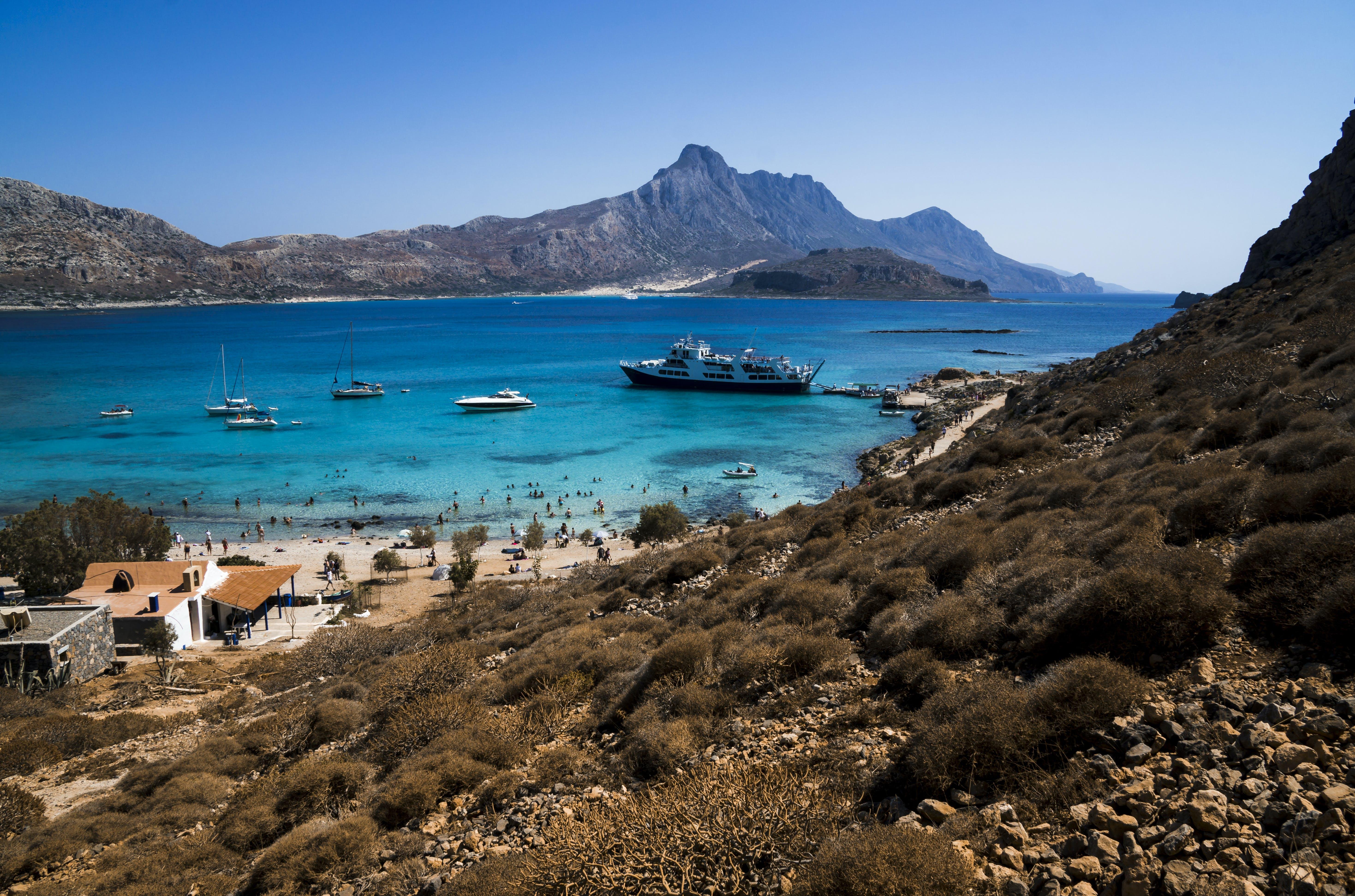 Kostnadsfri bild av båt, berg, buskar, dagsljus