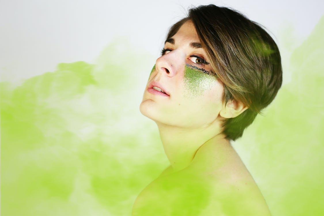 Choisissez la poudre de henné aux herbes biologique pour une coloration capillaire sans produits chimiques