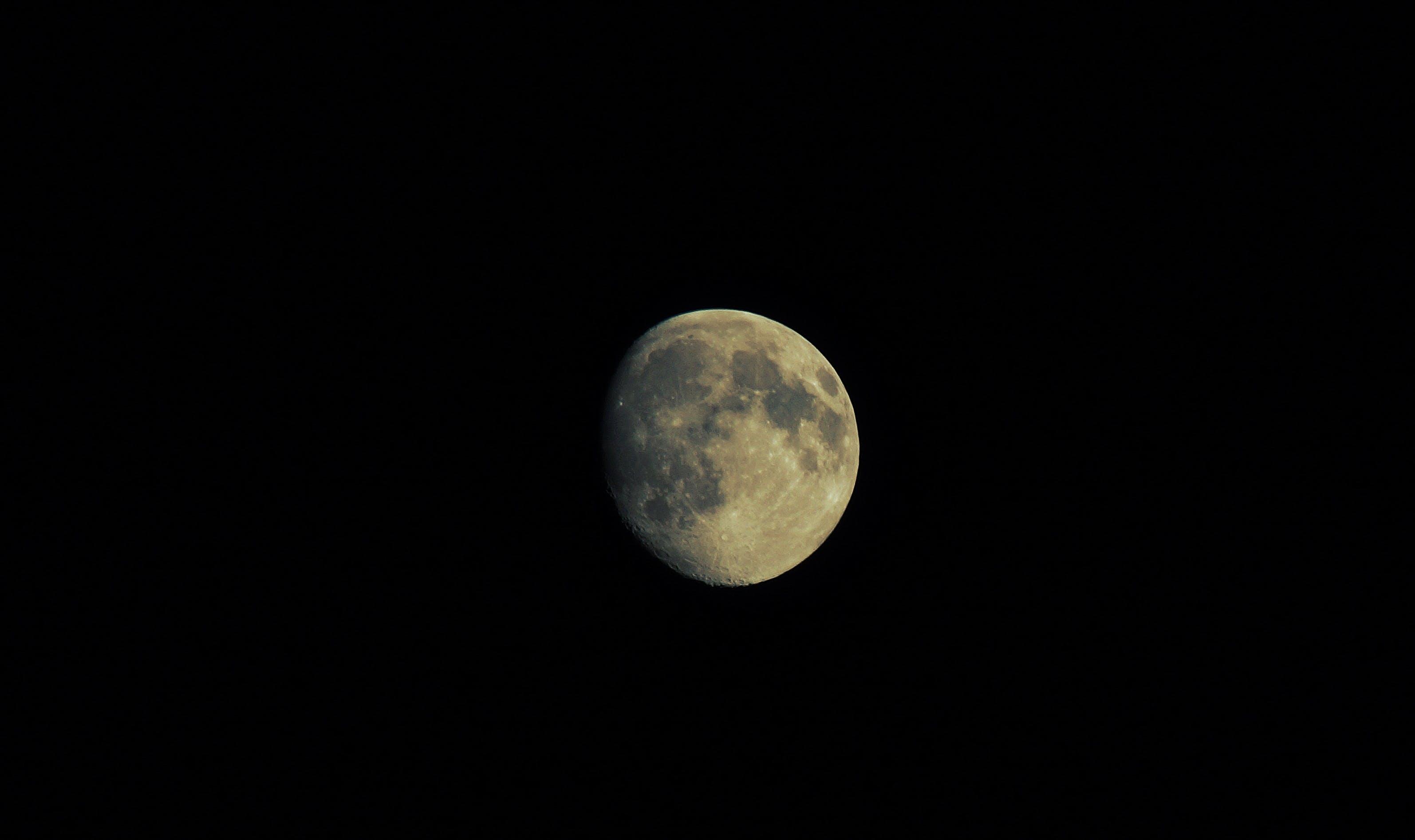 Foto d'estoc gratuïta de astronomia, espai, fosc, llum de la lluna