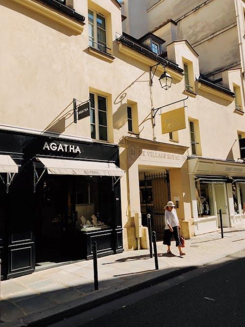 Foto d'estoc gratuïta de arquitectura, barret, botigues, caminant