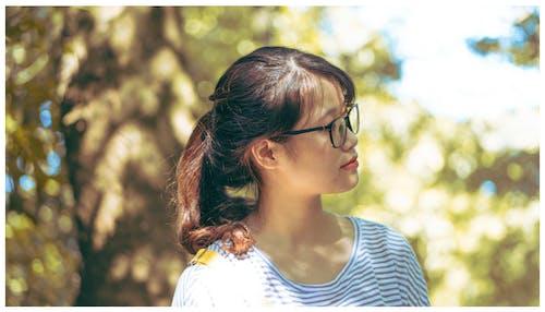 Gratis stockfoto met Aziatische vrouw, blurry achtergrond, brillen, close-up