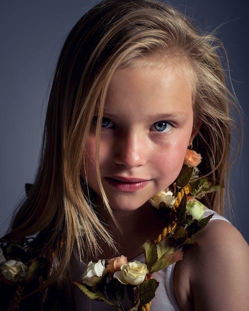 Gratis stockfoto met aantrekkelijk mooi, blauwe ogen, bloemen, blond haar