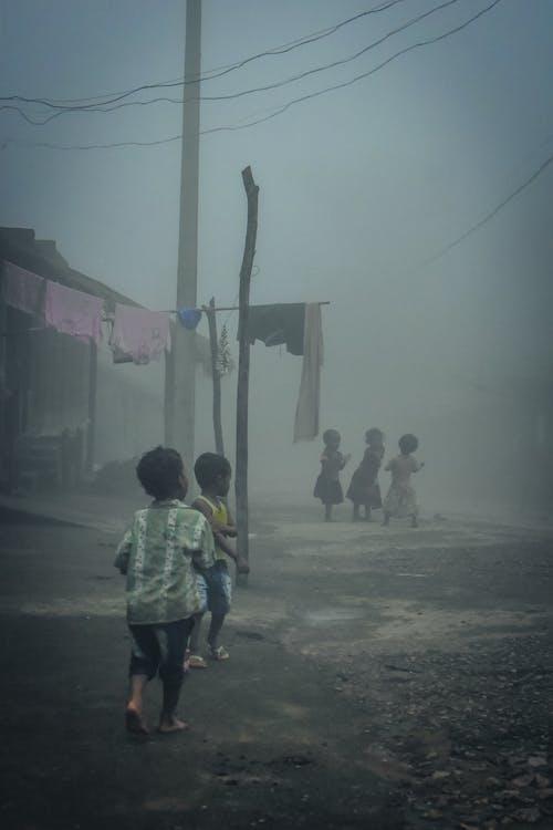 #kids #children #fun #india, #rura, #village #fog #mist 的 免费素材照片